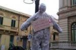 Manichini impiccati contro la crisi a Reggio Calabria