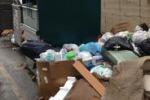Ganzirri, rifiuti davanti ad una scuola: le immagini