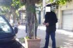 In auto e a piedi da soli, denunciati 2 falsi ciechi a Santo Stefano di Camastra. Le immagini