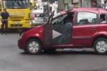 Auto cappotta in centro a Messina: le immagini