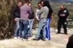 Sul tetto della chiesa, i lavoratori Pumex protestano a Lipari