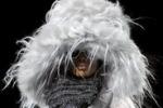 La moda dei cappelli extra large: contro il freddo con stile