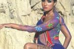 La moda incontra l'arte: Paola Sanchez posa... dipinta
