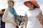 Francia, i cappelli più stravaganti al Gran Prix de Diane