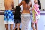 Australia, al voto in costume e a piedi nudi