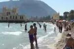Domenica di sole, folla a Mondello per gli ultimi tuffi
