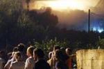 Incendio a Bonagia, famiglie per strada di notte