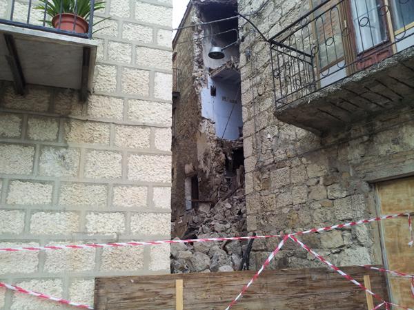 Crolla una casa a petralia sottana famiglie evacuate for Piani di casa bassa architettura del paese