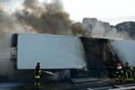 Tir in fiamme sulla Palermo-Mazara. Le immagini