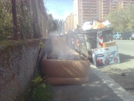 Palermo fuoco ai rifiuti in via dell 39 acacia interviene for Che disegna piani di casa vicino a me