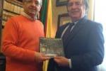 Il libro sulla camera araba a Palermo consegnato ad Orlando