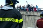 Formazione, protesta a Palermo: lavoratori minacciano di lanciarsi da un cavalcavia. Le immagini