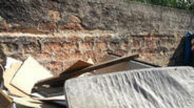 Materassi, legno e rifiuti: il degrado di via Decollati a Palermo - Giornale di Sicilia