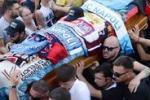 In migliaia al funerale di Ciro Esposito. Ultrà anche da Palermo
