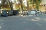 Contenitori rotti, e via Lanza di Scalea soffoca tra i rifiuti