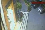 Chiaramonte Gulfi, colpisce a pugni un bancomat: il video