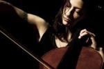 La violoncellista Julia Kent sul palco a Vittoria