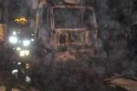 Ragusa, in fiamme sette autocarri: le immagini