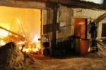 Fiamme in un casolare rurale a Ragusa: le immagini