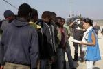 Migranti, in 721 arrivano al porto di Augusta: c'è anche un salma