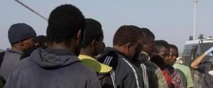 Migranti, in 721 arrivano al porto di Augusta: c'è anche una salma