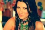 """Torna Laura Pausini: in versione hippy nel video di """"Benvenuto"""""""