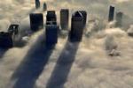 Avvolta dalla nebbia, spettacolo sopra il cielo di Londra