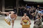 Primo torneo a Tokyo, il giuramento dei lottatori di sumo