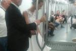 Sposi in metro: stupore tra i pendolari