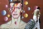Il volto di David Bowie colora le strade di Londra