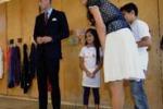 Minigonne eccessive, la regina bacchetta Kate