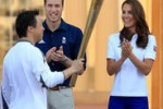 Olimpiadi di Londra, William e Kate accolgono la torcia
