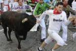 Pamplona, in migliaia alla corsa dei tori: le foto