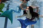Sirene a lezione di nuoto a Manila: le immagini