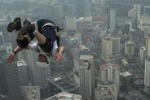 Giù dal grattacielo più alto di Kuala Lumpur: spettacolo in Malesia