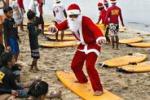 Lezioni di surf con Babbo Natale