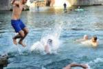 """A nuoto nel fiume Po, i tuffi per il """"Cimento invernale"""""""