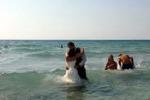 La foto. Tuffo in mare per due sposi di Marsala