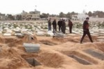 Le immagini delle fosse comuni scavate sulla spiaggia di Tripoli