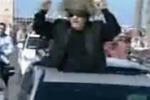 Carosello di Gheddafi in auto per le strade di Tripoli