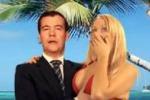 Gli auguri di Medvedev in bermuda