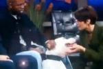 Giornalista morsa al volto in diretta tv. Il video