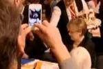 Cameriere rovescia della birra sulla Merkel. Il video