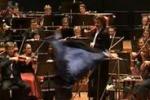 Capriola sul palco, la sorpresa del soprano Lampimaki: il video