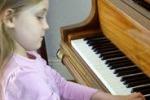 Alma, musicista prodigio: a soli 7 anni compone un'opera