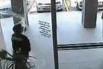 Australia, ladro si schianta su una vetrata: le immagini