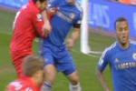 Suarez, il centravanti del Liverpool morde ancora l'avversario