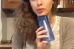 Ragazza canta usando un bicchiere: il video impazza sul web