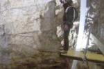 Giù col paracadute dentro una grotta: è il primo salto al mondo