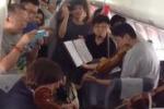 Pechino, l'aereo ritarda e il quartetto d'archi inizia a suonare
